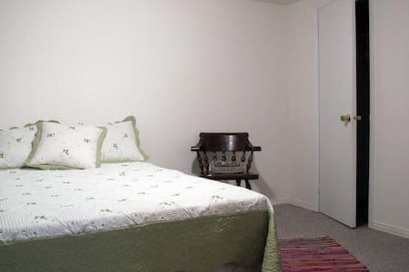 1 Bedroom Basement in Cozy Home! - Bungaló