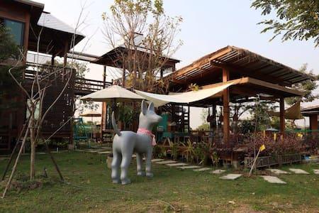บ้านไก่ม่วน Farmbed บ้านไม้ในสวนสงบ - House