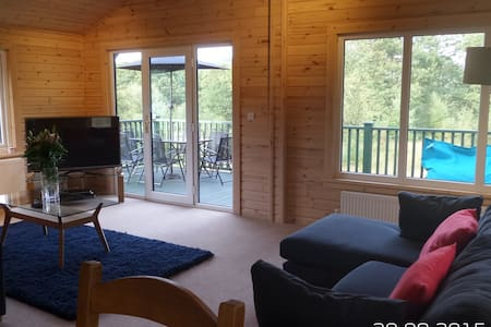 Lovely Forest Lodge with Hot Tub - Cabaña