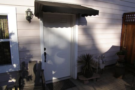 Private guest unit with patio - Apartment