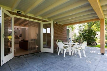 Den Achterhof/Ruim vakantiehuisje - Uden - Bed & Breakfast