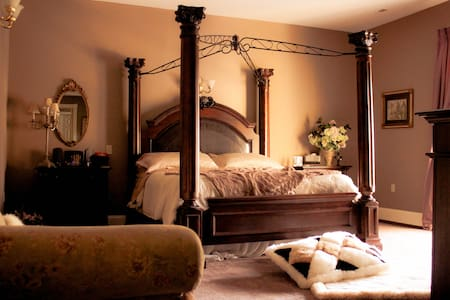 Henderson House B&B Rose King Suite - Bed & Breakfast