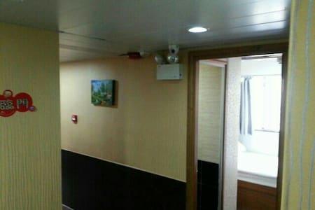 大床2人房,在油麻地地鉄上,乾淨,安全