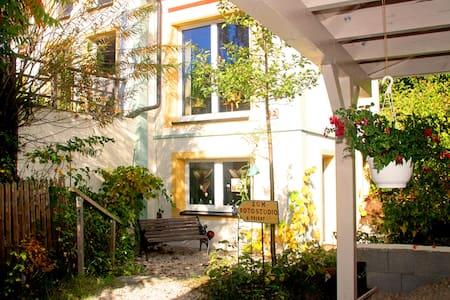 Zimmer im Grünen mit Badeteich - Haus