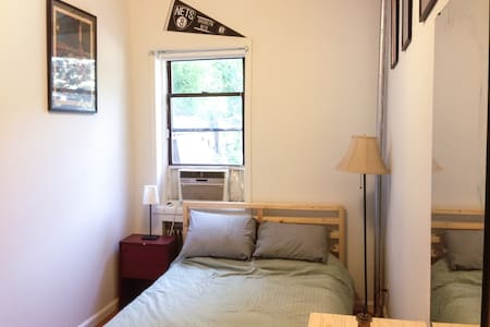 Comfortable room in large BK apt