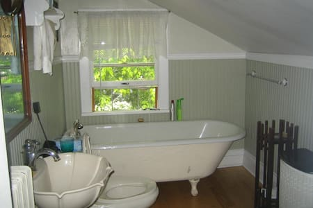 charming old cottage bedroom /bath - Lake Geneva - House