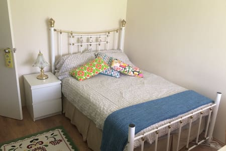 Warm, clean , welcoming double room - Hus