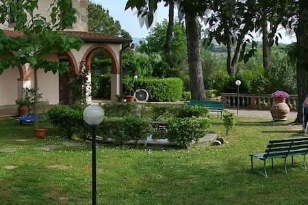 Villa Calabrò con parco e piscina - Lari - Apartemen
