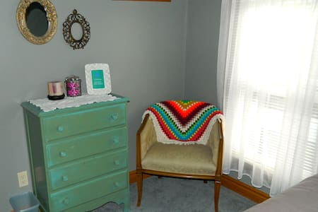 Colorful Crib - Grey Room - Evans City - Hus