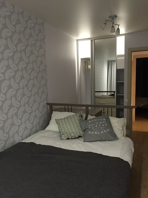 В первой спальне двуспальная кровать, шкаф-купе.
