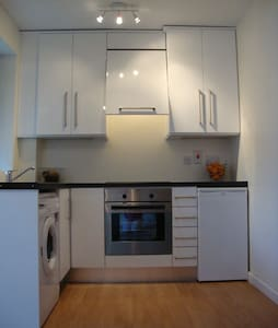 Modern newly renovated one bed apartment in bright quiet complex surrounded by beautifully landscaped gardens. Ten min by bus/train to city centre, close to seafront, park, shops, restaurants, bars, buses and dart station. Free parking.
