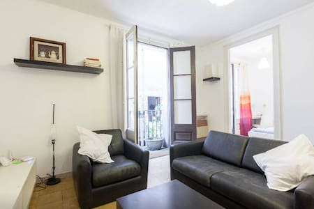The room is perfect for couples!  You have full access to the whole apartment facilities and I will be in the apartment for anything you need ;)  Born district is the perfect place to live in during your holidays in Barcelona