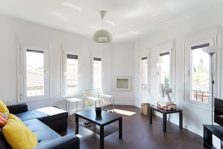 Gorgeous apartment in downtown Pamplona. Brand new, just rehab