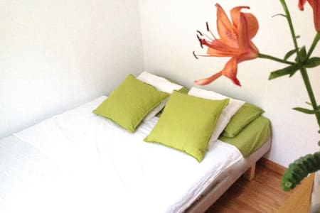 Bright and cozy small private room in one of the most attractive and centric areas in Barcelona. Home of artists, in a pleasant and comfortable atmosphere, brand new furniture. Spotless, with very good energy. 10 min walk from the beach and rambles.