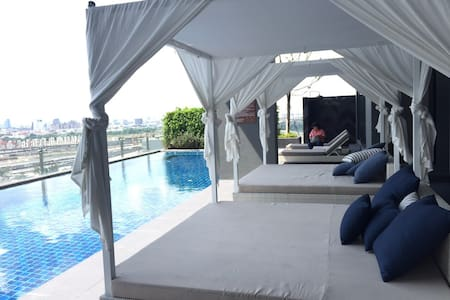 Location!! Located in heart of Bangkok. Close to everything. One step to BTS. You can go everywhere by BTS so quick! It is nice&warm 1 BR new condo with luxury Pool&gym  Big C, 7-11 1 min, JJ market, Siam Square 10 mins, Free wifi, very clean.