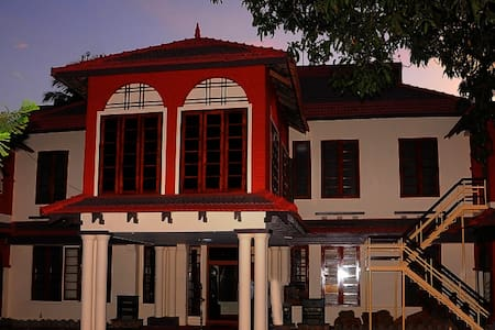 HERITAGE BUNGALOW WITH 16 ROOMS - Vila