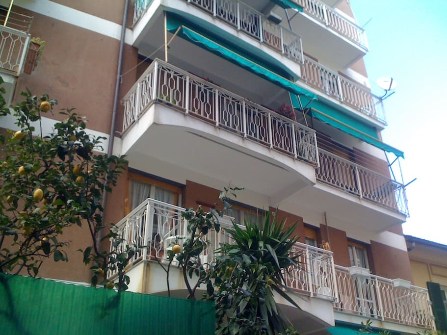 Facade Casa Dogali with balcony living room