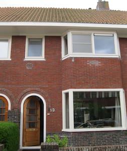 2 privé kamertjes, 1 met super bed (10 euro meer) - Leeuwarden
