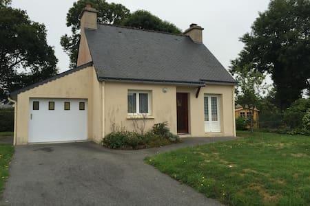 Pavillon dans un petit bourg breton - Haus
