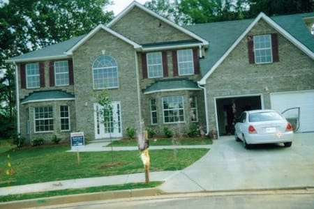 Only 15 minutes from airport! - House