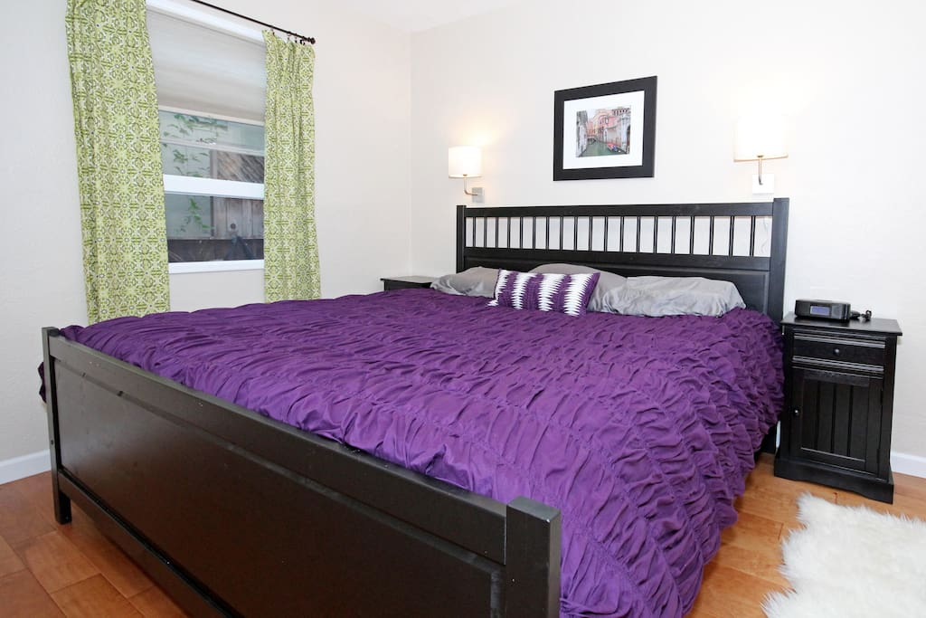 Very comfortable King-sized bed with luxuriously smooth sheets & down-alternative duvet.