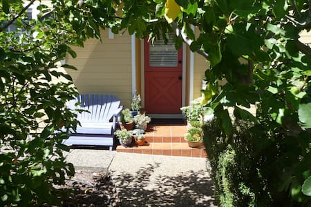Private Suite in westside cottage - Petaluma - Bed & Breakfast