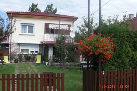Balatonmáriafürdőn vízközeli ház - Ev
