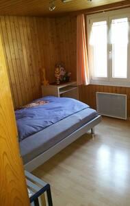 Zimmer in einer Wohnung - Schattdorf