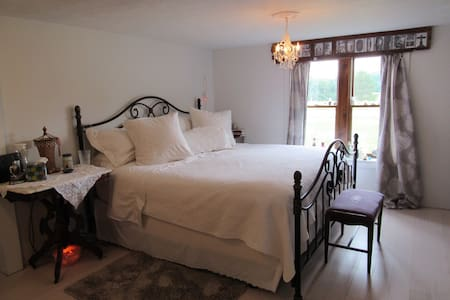 Large Bdrm in Quaint Country Home - House