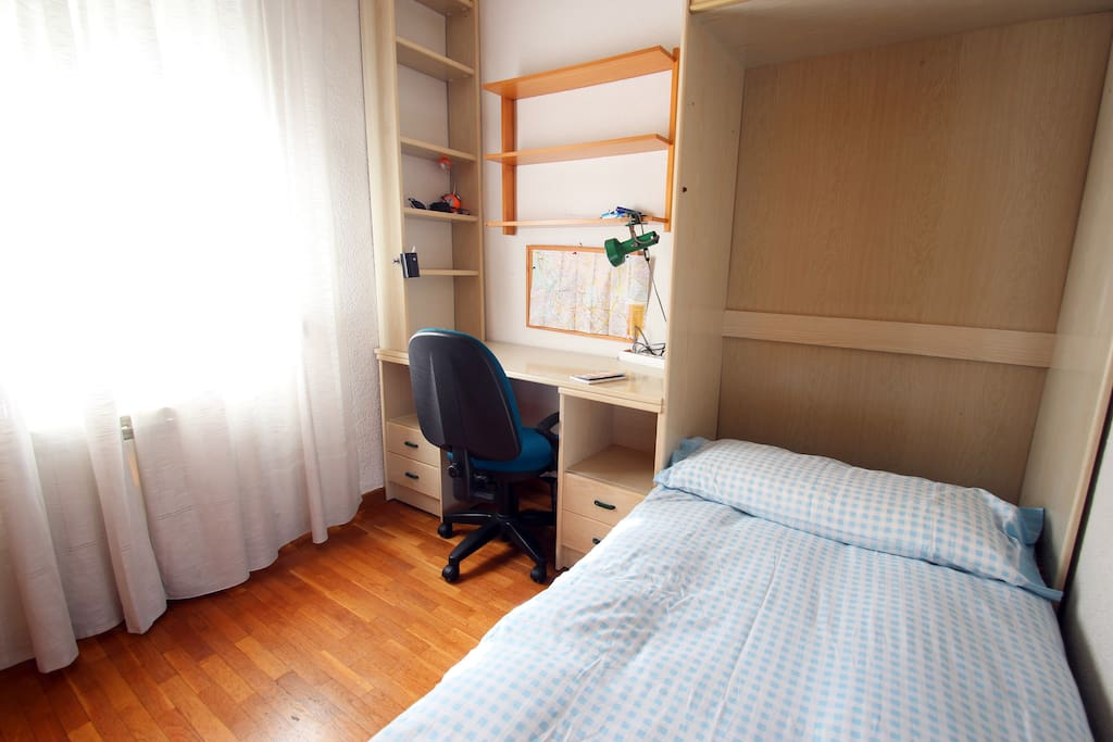 SUNNY AND EASY ACCESIBLE BEDROOM