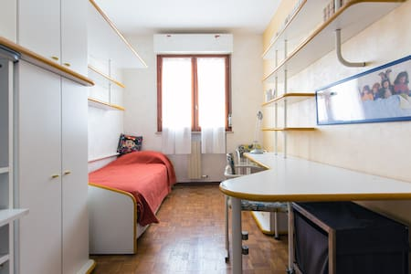 Spacious and full furnished apartment well linked to Milan city center (30min) , 20min to Linate airport by car.  Bus stop just crossing the road and train station at 5 min by feet. Free private garage to park your car.