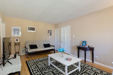 Lovely, quiet garden apartment - Apartament