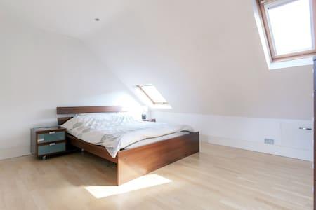 Lovely loft master bedroom&ensuite - Londres