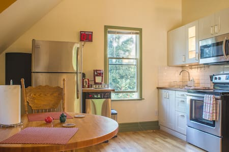 Private, Quaint, Oldtown Coachhouse - House