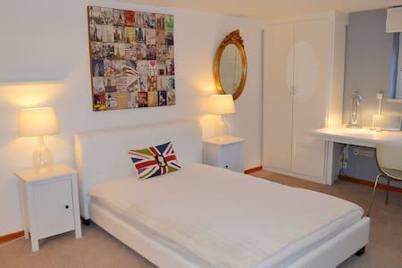 separates Gästezimmer mit Duschbad