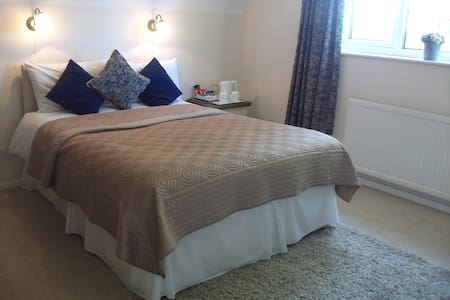 Double En-suite Room with parking - Bed & Breakfast