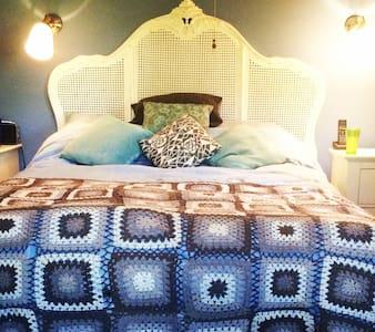 TWO DOUBLE ROOMS AT CAEHEULOG, MAENDY, COWBRIDGE - COWBRIDGE