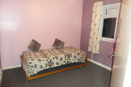 Cheap room close to town centre