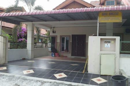 Homestay next to UiTM Seri Iskandar - Ház