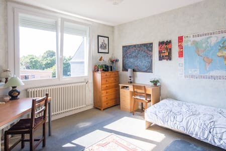 chambre claire proche des comoditée - Bed & Breakfast