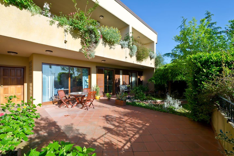 Vista d'insieme patio - giardino - casa