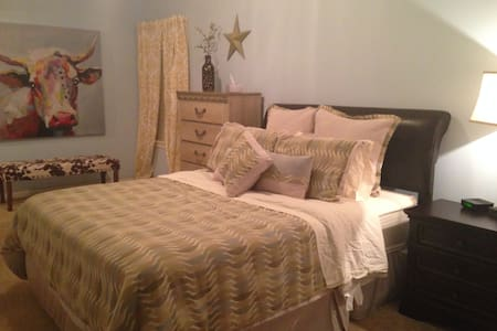 Fun & cozy Room w/bath in Houston - Missouri City - Hus