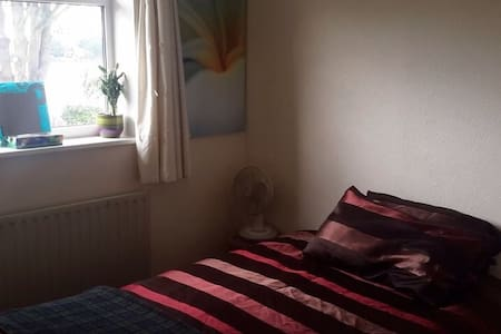 Single or Double bed  in Shepperton - House