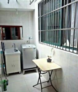 阳光温馨小屋让您感受典型上海人家的生活 - Apartment