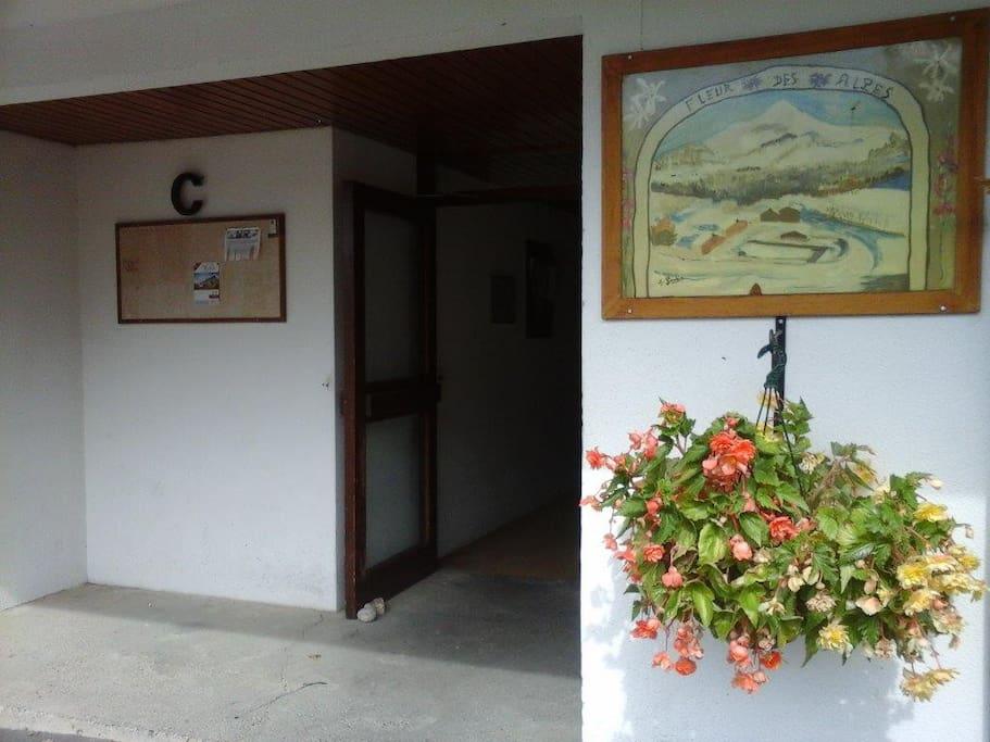 porte d'entrée du bâtiment ou se trouve le studio