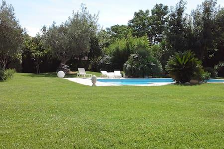 Chambres dans villa avec piscine - Aamiaismajoitus