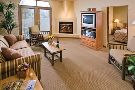 Taos, NM Resort Sleeps 4, FREE WiFi - Taos