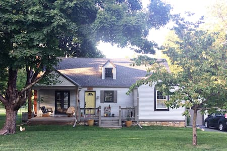 Cozy home with chickens! - Kansas City - House