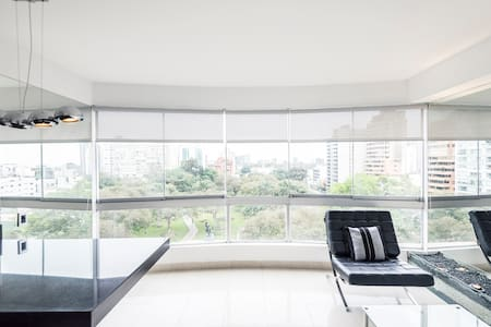 Nice Apartment in San Isidro, with a wonderful view. Three blocks of Lima Golf Club & Lima Country Club, and a supermarket. Located in front of one of the main avenues in San Isidro, taking public or private transportation is a breeze.