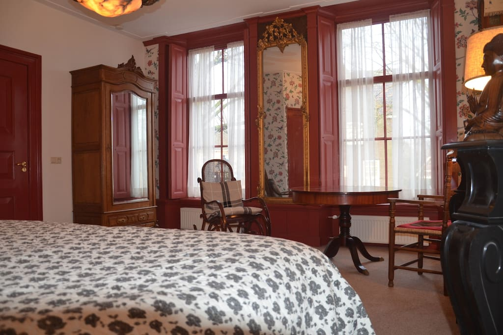 De Herenkamer, met 2-persoonsbed, TV, koffie/thee faciliteit en prive badkamer.